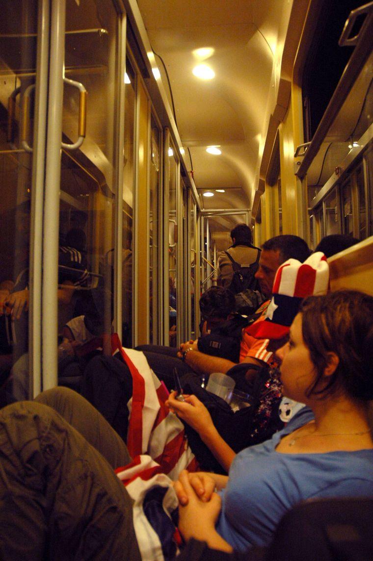 Fahrgäste auf dem Gang eines überfüllten Zuges in Karlsruhe.