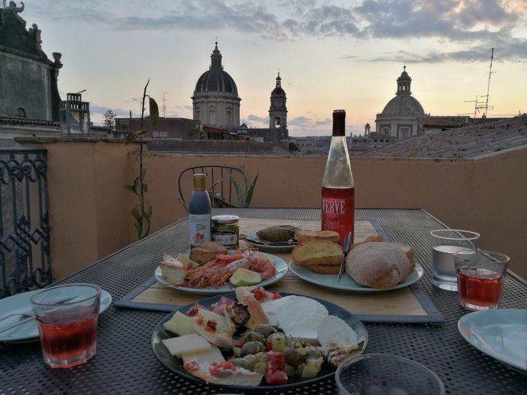 vBei einem Abendbrot auf der Dachterrasse spürst du la Dolce Vita.