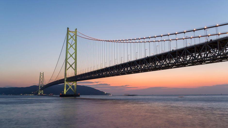 Die Akashi Kaikyo Bridge in Japan gehört zu den bekanntesten Brücken der Welt.