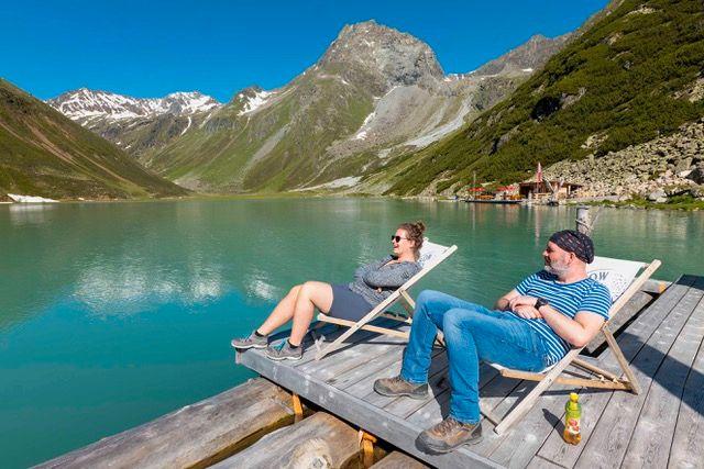 Auf dem Rifflsee verkehrt in den Sommermonaten auf mehr als 2000 Metern Höhe ein Floß.