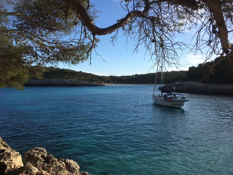 Ausklang des Tages in der Abendsonne: Die Cala Mondragó ist eine traumhafte Bucht in einem Naturschutzgebiet.