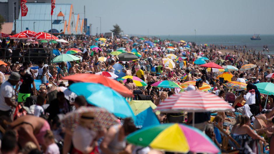 Volle Strände in Southend beach in Großbritannien. Wie ist die Corona-Lage in anderen beliebten Ländern?