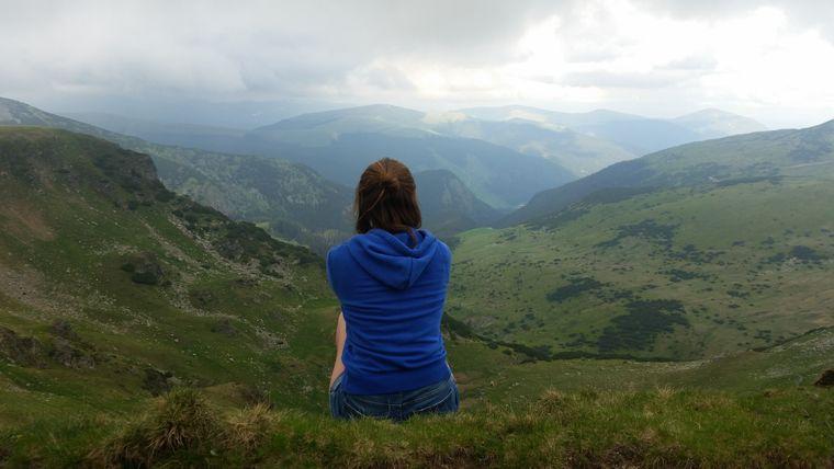 Frau blickt auf die Berge um die Transalpina
