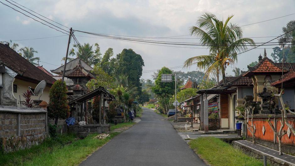 Eine leere Straße in Serokodan in Bangli auf Bali.