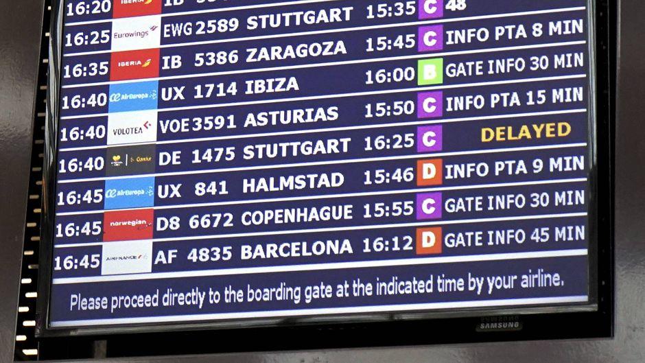"""""""Delayed"""" (""""Verspätet"""") steht auf der Abflugtafel am Flughafen Palma de Mallorca."""