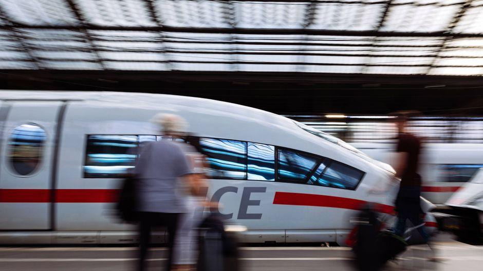 Ein ICE hält Einfahrt im Kölner Hauptbahnhof.