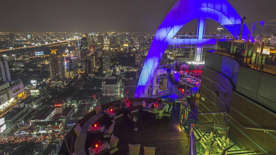 Die Red Sky Rooftop Bar über den Dächern von Bangkok: Hier kannst du deinen Abend perfekt ausklingen lassen.