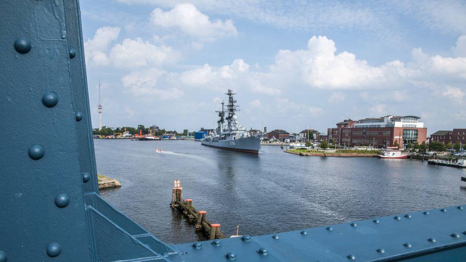 Hinter der Kaiser-Wilhelm-Brücke liegt der Große Hafen von Wilhelmshaven. Nicht der einzige imposante Hafen der Stadt!