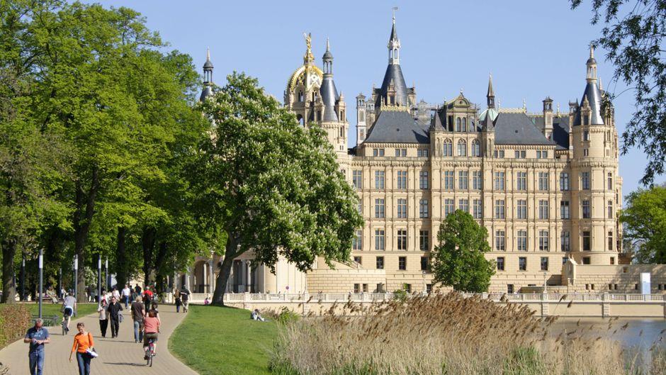Zu Fuß in Schwerin: Am Schloss führt natürlich (k)ein Weg vorbei!