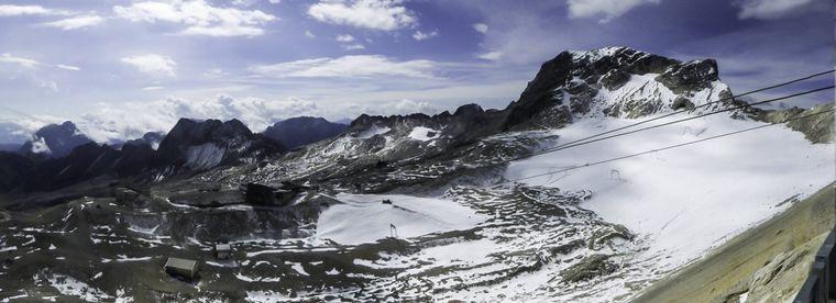 Das Zugspitzmassiv liegt südwestlich von Garmisch-Partenkirchen in Bayern.