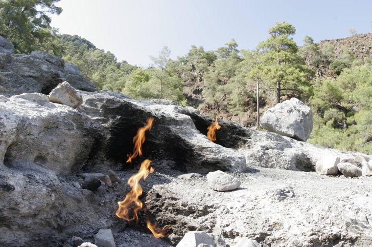 Ist es ein Monster – oder doch ein Naturphänomen? Die brennenden Steine der Chimaira faszinieren sowohl Einheimische als auch Reisende.