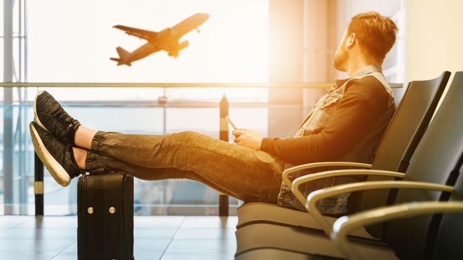 Ein Mann wartet am Flughafen.