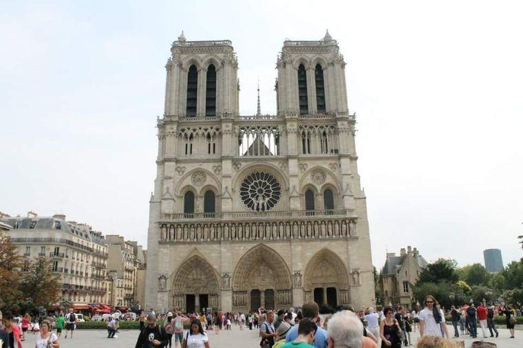 """Eckard Häußler schreibt, er sei """"erschüttert"""". Er schickt uns unter anderem dieses Foto von der Vorderseite der Kathedrale."""