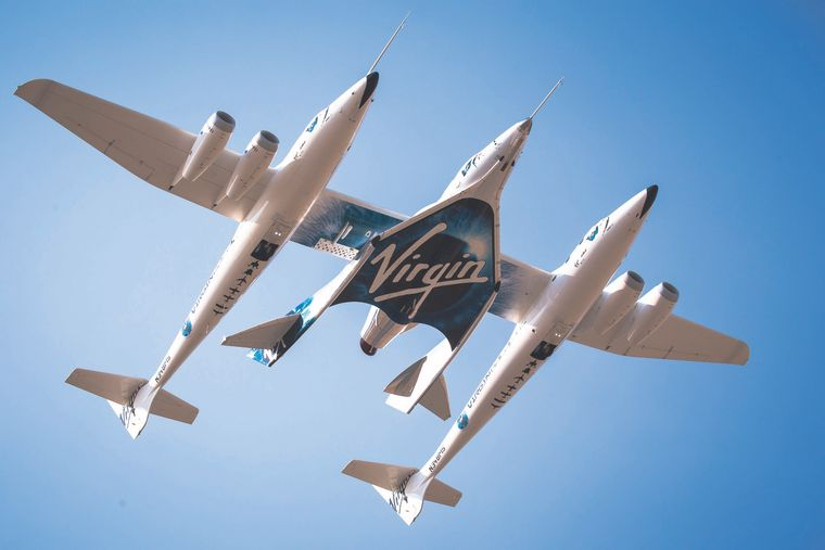 """Das doppelte Trägerflugzeug """"White Knight Two"""" bringt das """"Space Ship Two"""" in die Luft."""