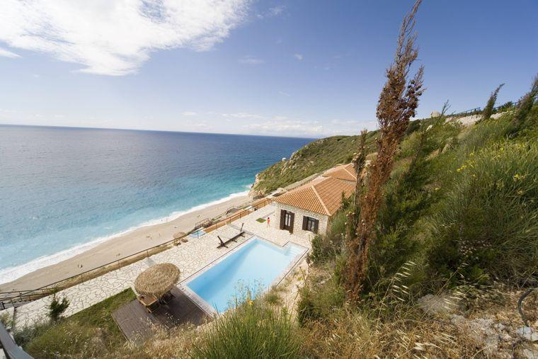 Ferienhäuser sind ein tolle Alternative zu Hotelurlaub: Dieses liegt in der Bucht von Milos in Griechenland.