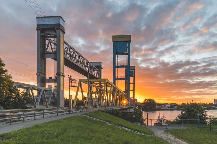 Die Kattwykbrücke steht in Hamburg.
