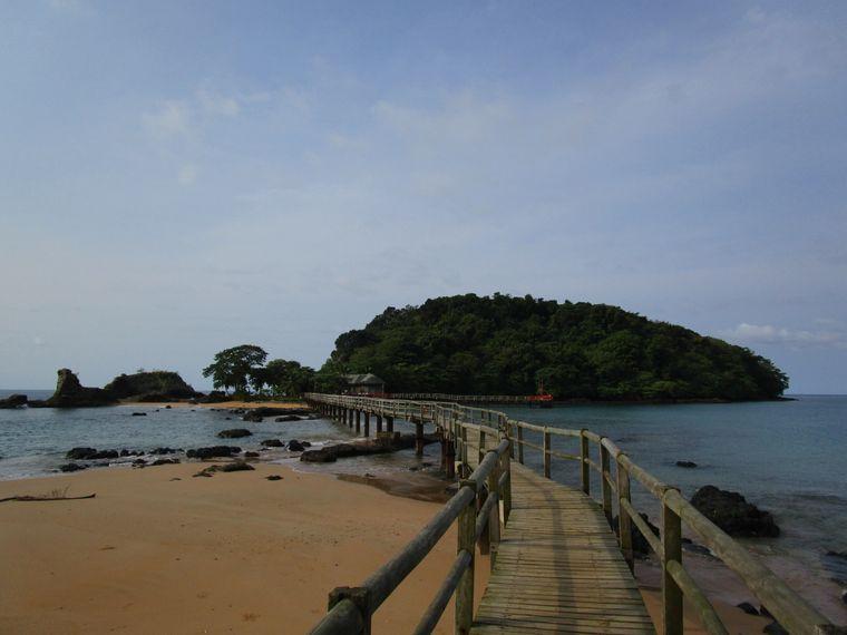 Beeindruckende Natur: Die Ilhéu Bom Bom liegt vor der Nordküste von Príncipe. Das Inselchen ist größtenteils bewaldet. Gerade einmal 15 Menschen leben hier.