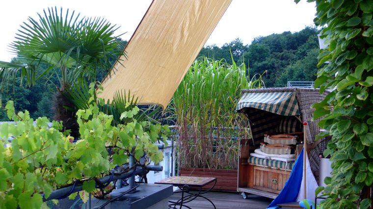 Sonnensegel und Strandkorb auf der Terrasse. Das macht doch gleich Urlaubsgefühle, oder?!