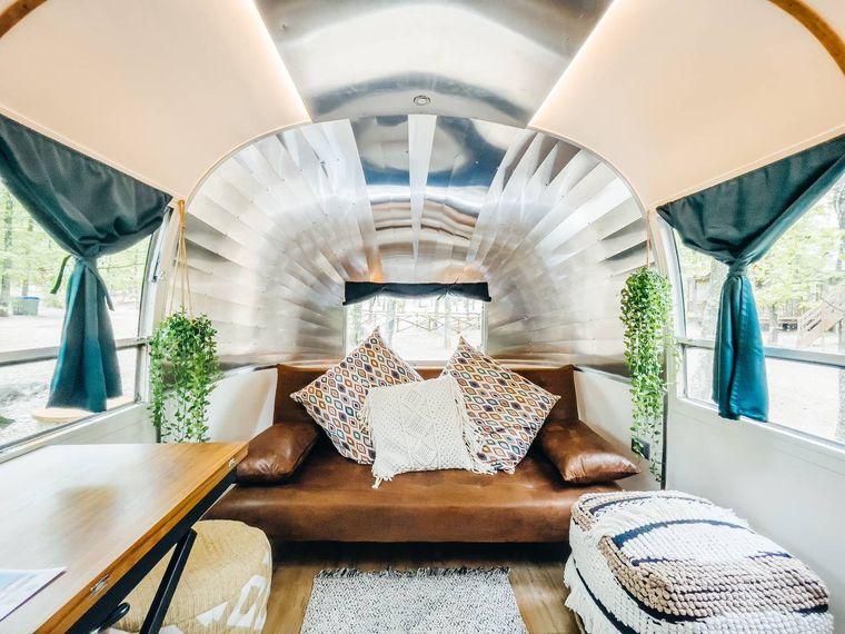 Im Glamping-Resort Orlando in Chianti kannst du in einem Airstream schlafen. So sieht der Innenraum aus.