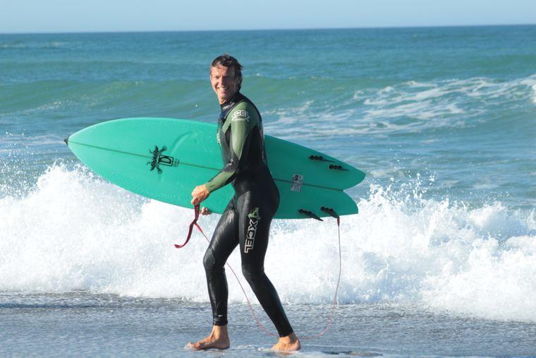 Geert mit Surfboard unterm Arm.