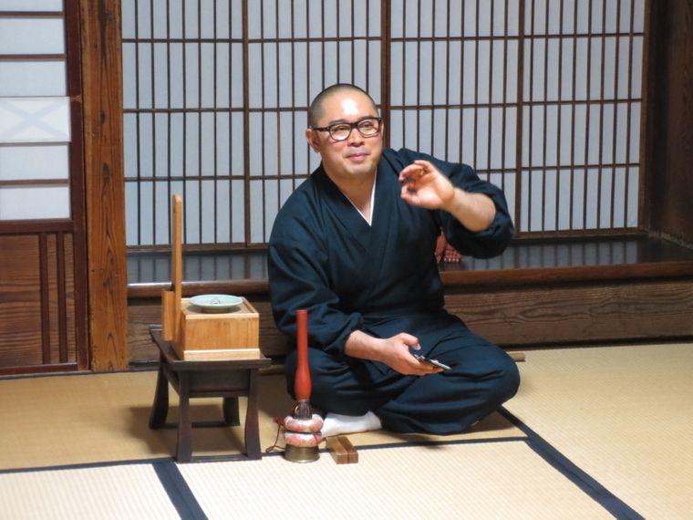 Zenmeister Takafumi Kawakami bringt Touristen den Buddhismus näher.