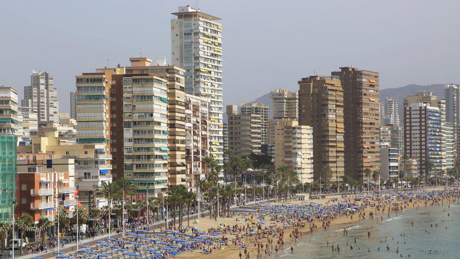 Die Strandpromenade mit Hotel-Hochhäusern in Benidorm an der Costa Brava.