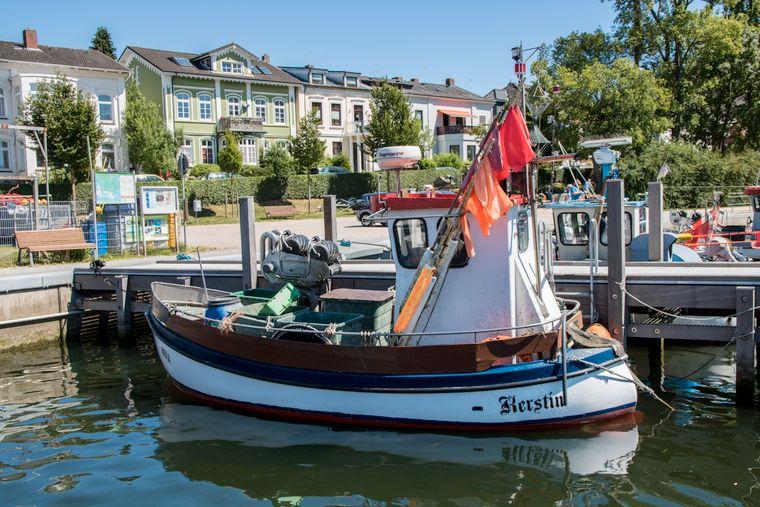 Neben großen Segelbooten gibt es im Hafen von Neustadt auch kleine Fischerboote.