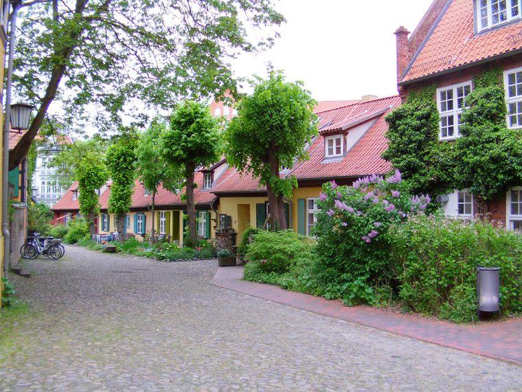 Bunte Reihenhäuser im Innenhof des Johannesklosters, Stralsund.
