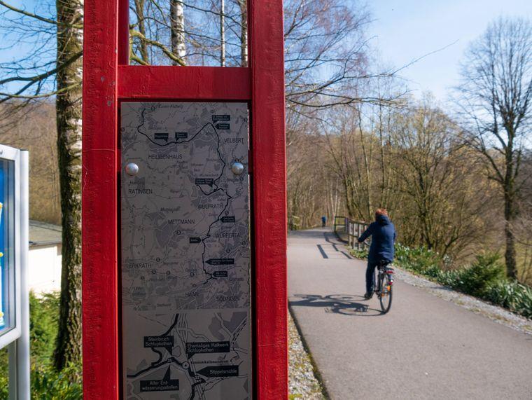 Befestigter Fahrradweg auf der Bahntrasse der Niederbergbahn in Wülfrath-Schlupkothen.