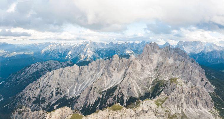 Rafting-Tour im Sommer und rasante Abfahrten im Winter – die Dolomiten stehen für Abenteuer.