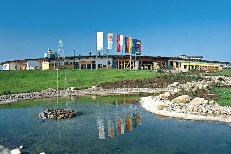 Das Thermalsolebad bietet auf etwa 10.000 Quadratmetern eine weiträumige Erlebniswelt mit einer großzügigen Badelandschaft.