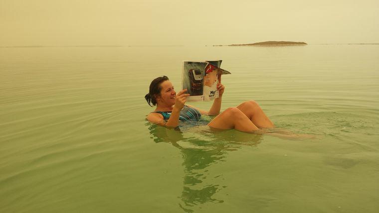 Kein Photoshop: Im Toten Meer kannst du gemütlich Zeitung lesen, nicht nur in Israel, sondern auch in Jordanien.
