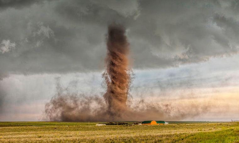 """Was für eine Naturgewalt! James Smart aus Australien fotografierte diesen antizyklischen Tornado, der an einem Haus im US-Bundesstaat Colorado vorbeizieht. Er gewann damit schon einmal den """"National Geographic Contest"""" in der Kategorie Natur."""