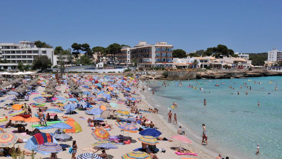 Der Strand Don Moll von Cala Ratjada – bei Partytouristen und Familien gleichermaßen beliebt.