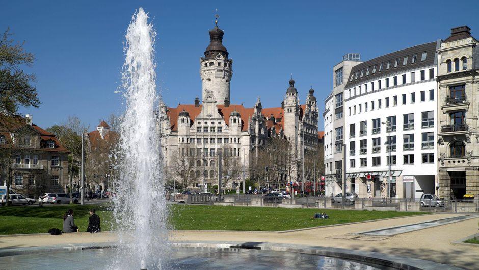 Das Neue Rathaus mit Springbrunnen in Leipzig.