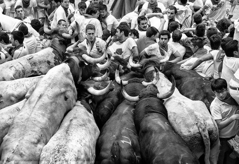 """""""Travel Folio"""" heißt die Kategorie, in der Jordi Cohen aus Spanien mit seiner Serie gewann. Sie zeigt Schwarz-Weiß-Fotos wie hier aus Pamplona während der Fiesta San Fermín."""