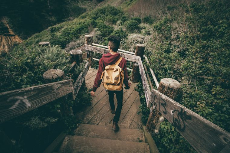 Mann reist alleine.