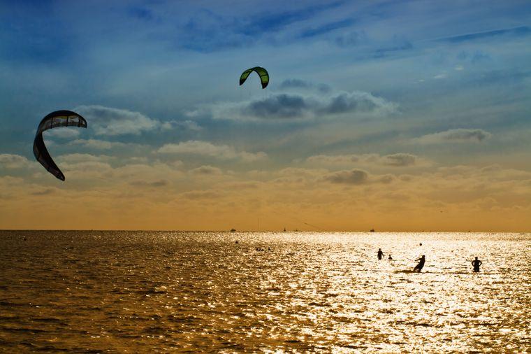 Kitesurfen im Abendrot - Büsum gilt als ideales Lernrevier.