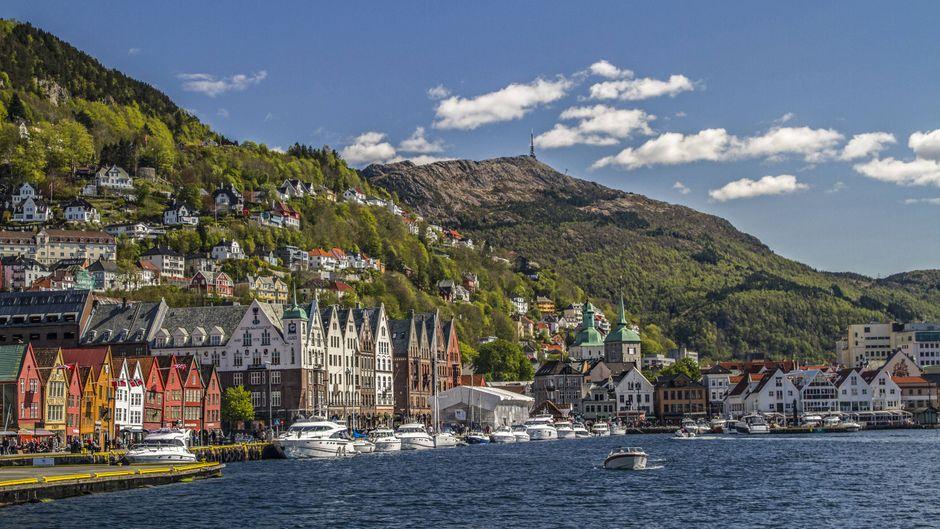 Der Blick vom Wasser auf die Stadt Bergen. Kreuzfahrtschiffe sollen hier nur noch vorbeifahren dürfen, wenn sie neuesten Umweltstandards entsprechen.