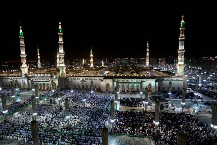 Zwei Millionen Menschen pilgern durchschnittlich zur Hadsch nach Mekka. Auf dem Foto beten Tausende in der Medina vor der Moschee Al-Masdschid al-Haram.