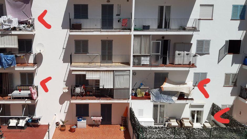 Ein Bürger schoss dieses Foto von der Rückseite eines Wohnblocks in der Catalunya-Straße und markierte die verdächtigen Balkone.