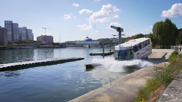 Bus-Flussfahrt: Bei der Fahrt mit dem Amphibienbus entdecken Touristinnen und Touristen unter anderem die Skyline des Viertels La Defense der Seine aus.