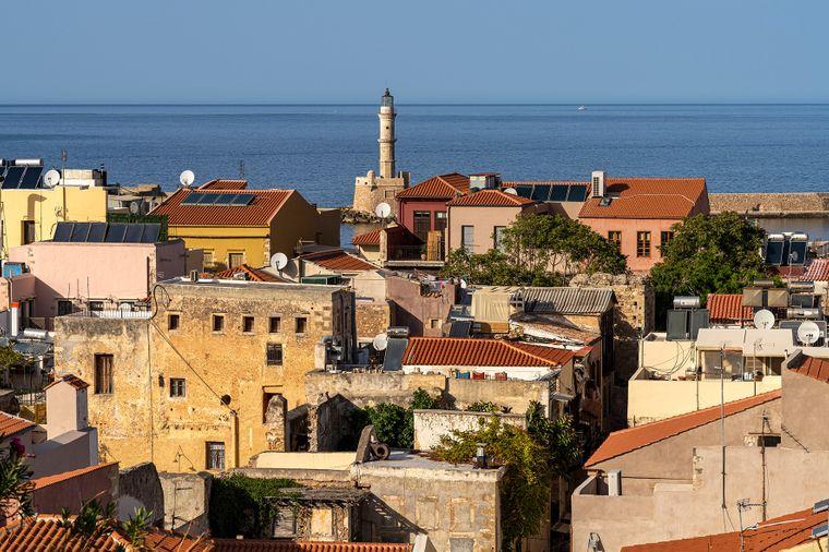 Blick auf die Altstadt mit dem venezianischen Leuchtturm in Chania auf Kreta.