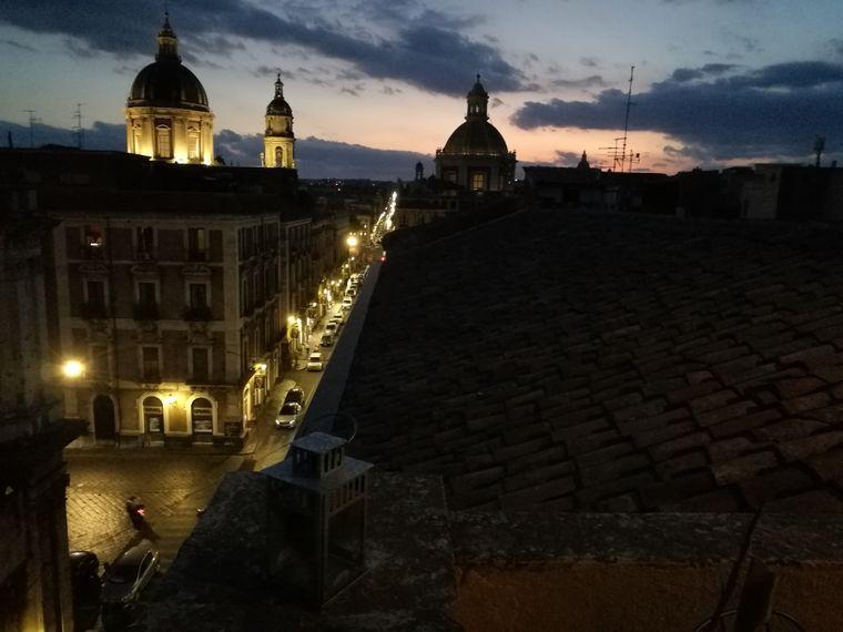 Nachts werden die Kuppeln Catanias zum Teil beleuchtet.