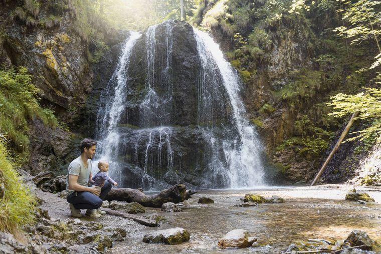 Die Josefsthaler Wasserfälle sind auch super für Familien mit Kindern geeignet – nach einem kurzen Spaziergang durch den Wald erreichst du dein Ziel.