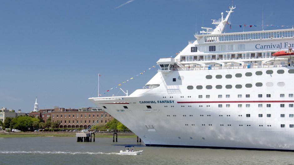 """Das Kreuzfahrtschiff """"Carnival Fantasy"""" liegt im Hafen von Charleston, South Carolina."""