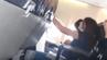 Ein Handyvideo zeigt, wie der Flieger hin- und hergerissen wird.
