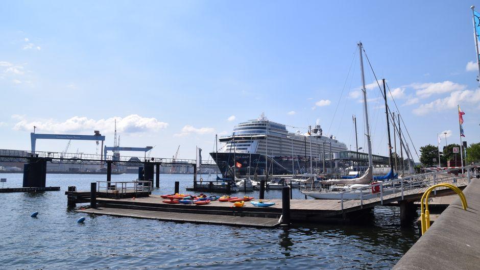 Kreuzfahrtschiffe locken viele Reisende nach Kiel.