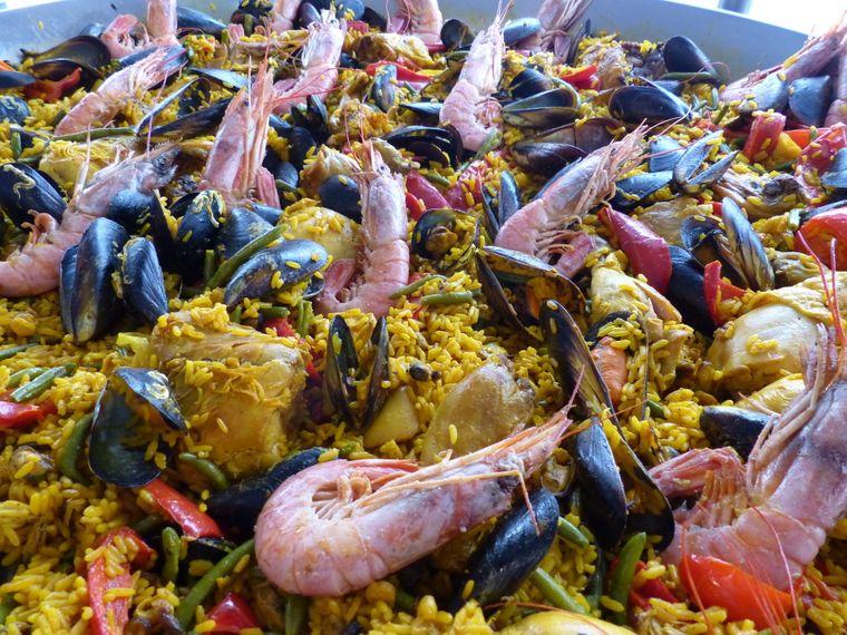 Die typisch spanische Paella findest du natürlich auch in Alcúdia. Doch in den Restaurants des Ortes ist von jeder Küche etwas dabei.