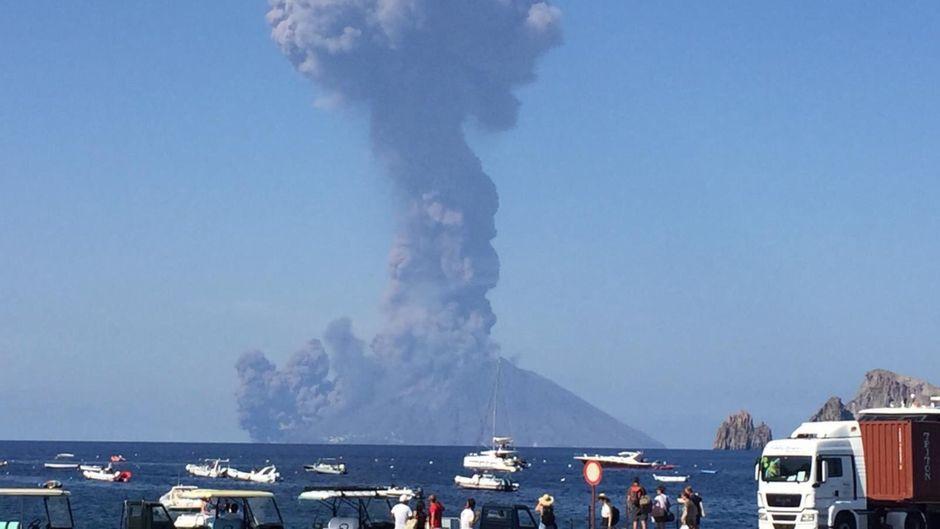 Schock mitten in der Urlaubssaison: Der Stromboli ist ausgebrochen.